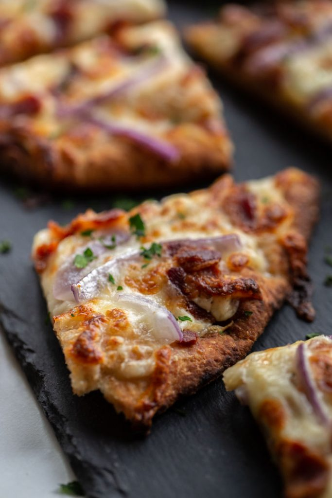 #AD This easy garlic pizza has bacon, onions and a delicious creamy garlic sauce. Great for holiday parties and it pairs nicely with a bottle of white wine, courtesy of Wente! #MakeTime